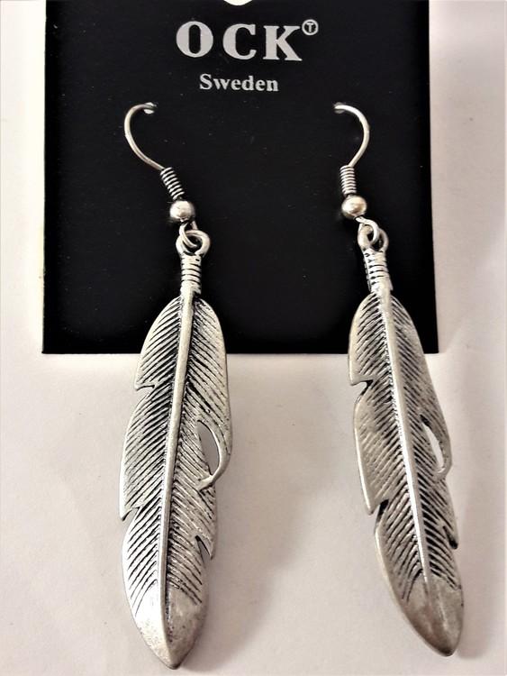 Silverfärgade örhängen i form av en fjäder