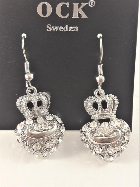 Örhänge med silverfärgat hjärta, krona och strass