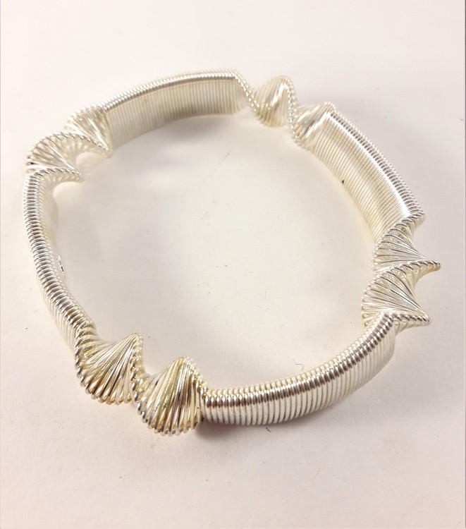 Armband i metall, vridet,  vitguldsfärgat