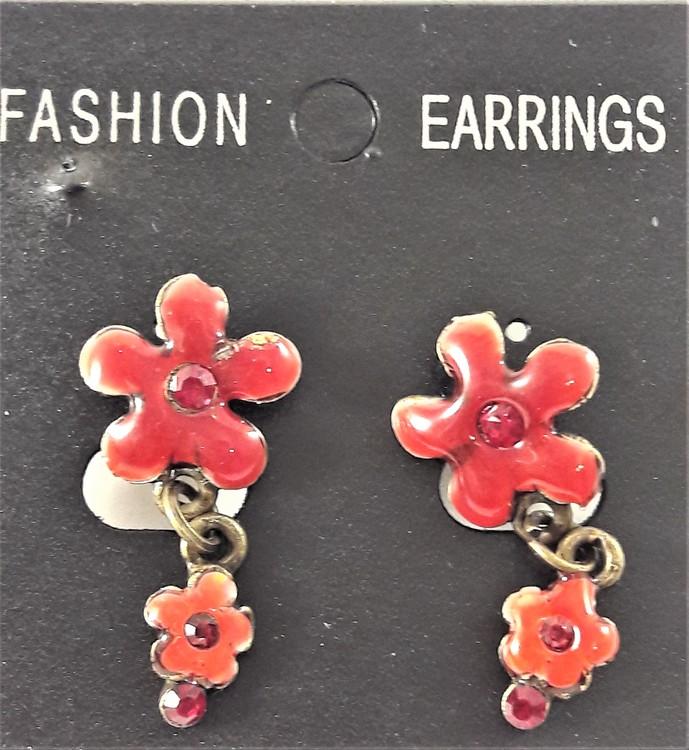 Emaljerat, rött örhänge i form av blomma med liten blomma och strass