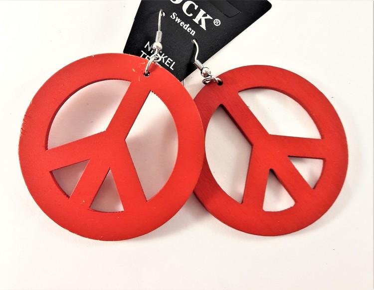 Rött örhänge av trä i form av peacemärke