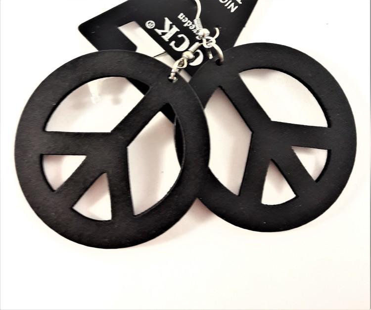 Svart örhänge av trä i form av peacemärke