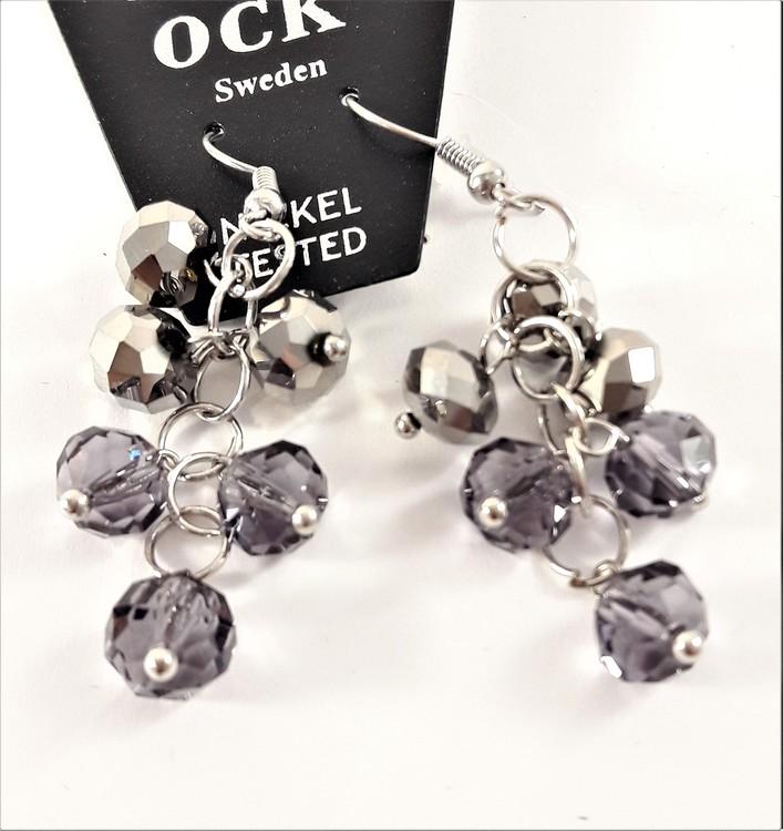 Örhänge, silverfärgat med hänge som facetter i lila och silverfärg