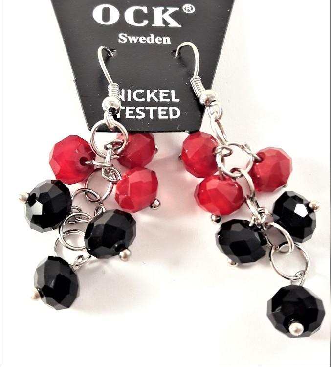 Örhänge, silverfärgat med hänge som facetter i rött och svart