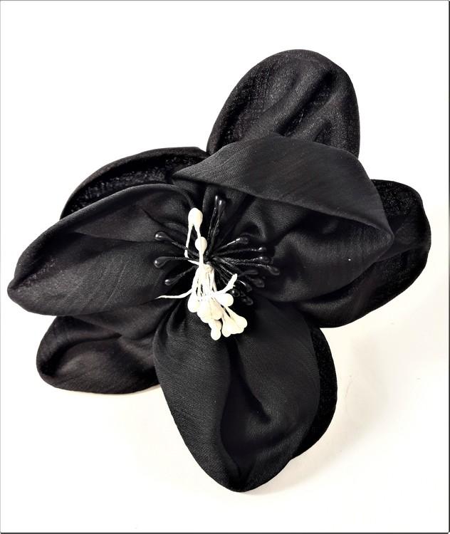 Fin svart hårsnodd med dekorativa pistiller i svart och vitt
