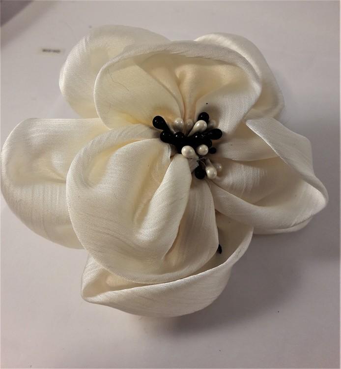 Fin vit hårsnodd med dekorativa pistiller i svart och vitt