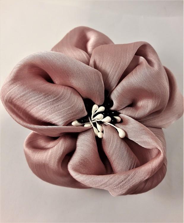 Fin rosa hårsnodd med dekorativa pistiller i svart och vitt