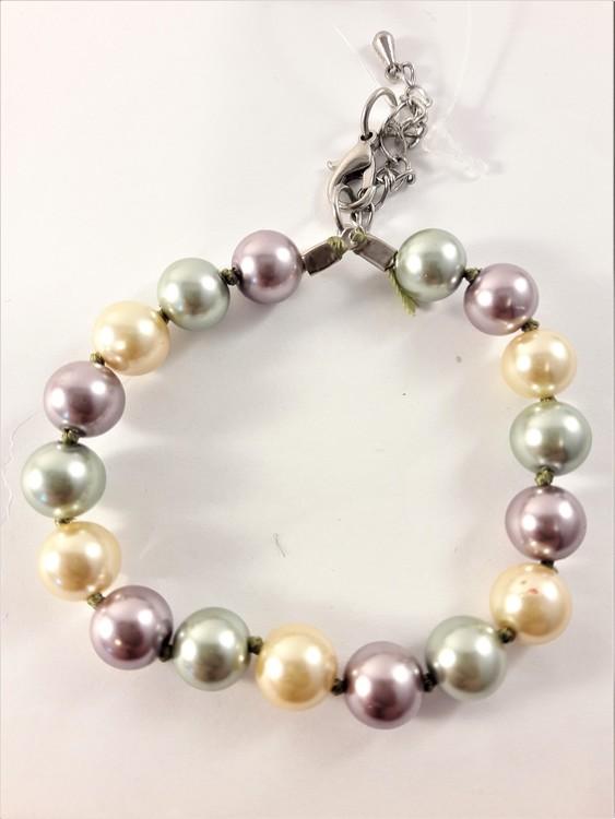 Enkelt barnarmband med pärlor i grönt, gult och lila