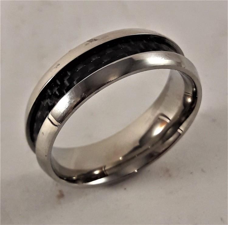 Silverfärgad ring med svart band
