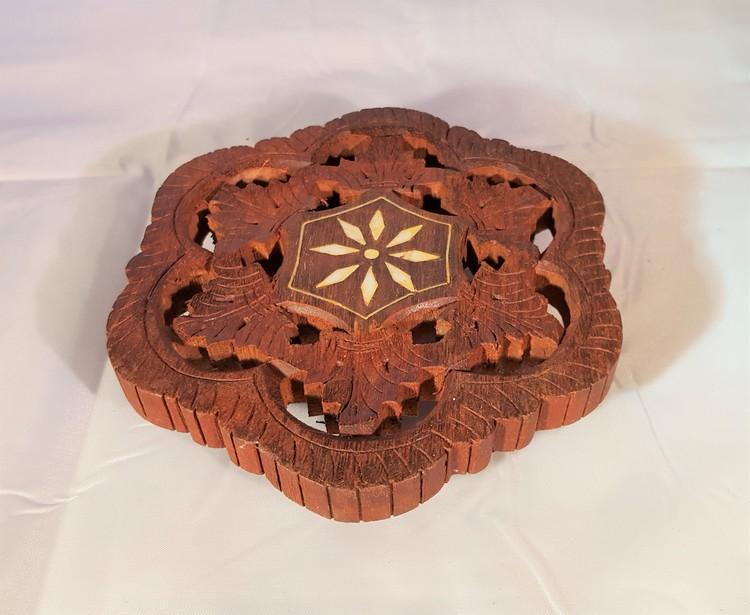Litet underlägg i snidat trä, handgjort