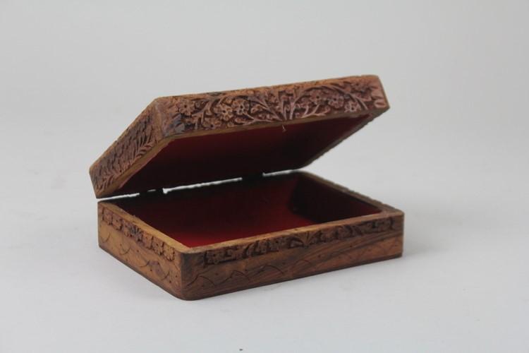 Handgjort snidat träskrin, reliefdekor med bladverk