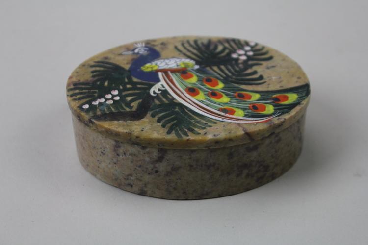 Vackert dekorerad ask med påfågelmotiv och lock i sten