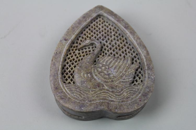 Vacker hjärtformad lockask med svanmotiv, i sten