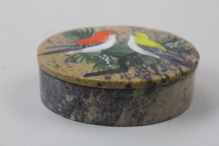 Vackert dekorerad ask med motiv av två fåglar och lock i sten