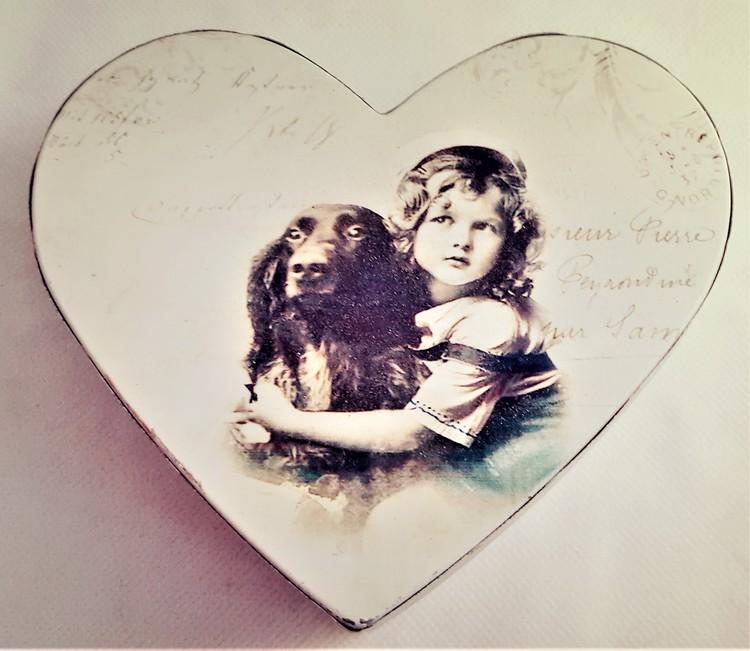 Fin hjärtformad ask med motiv av flicka och hund