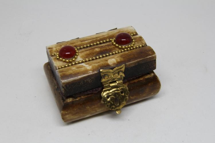 Litet dekorerat träskrin med röda stenar, handgjort