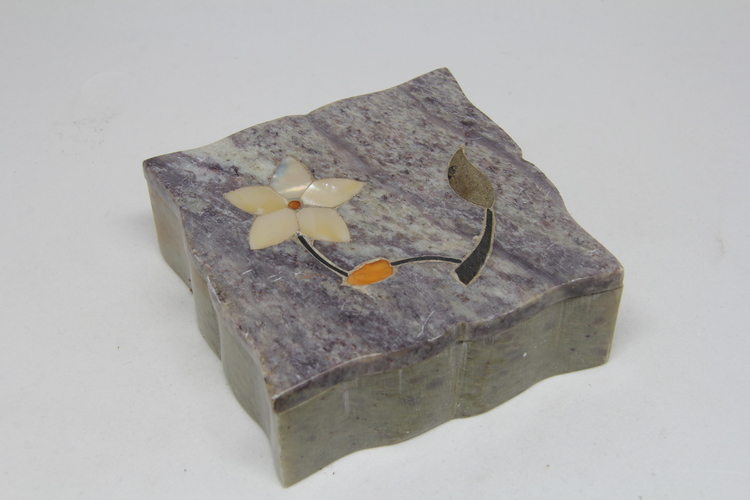 Fyrkantig lockask i sten, med blomintarsia i locket
