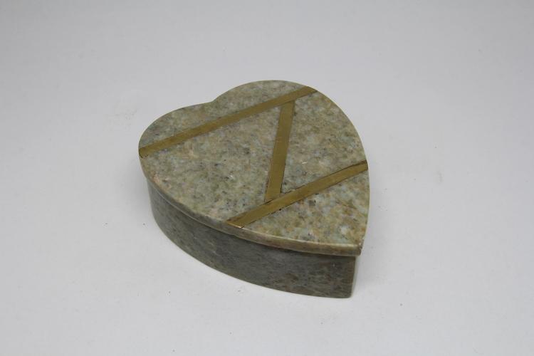 Hjärtformad lockask i sten, intarsia med mässingsränder