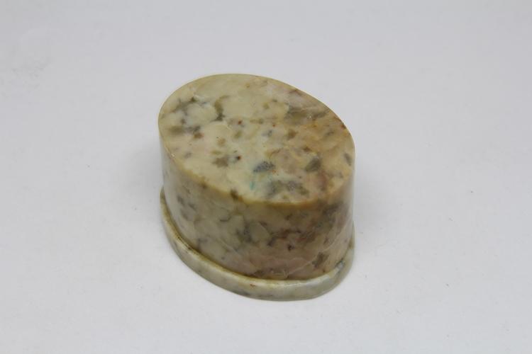 Oval lockask i sten, med blomintarsia i locket