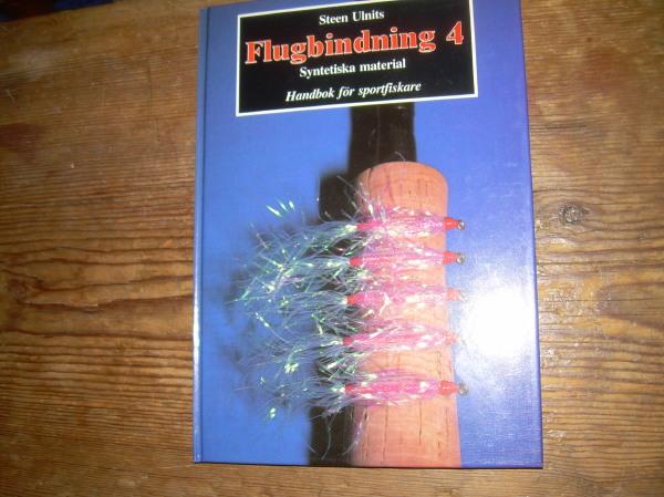 Bok 'Flugbindning 4 syntetiska material' av Steen Ulnits. Omkring 63 sidor. Svartvita bilder.