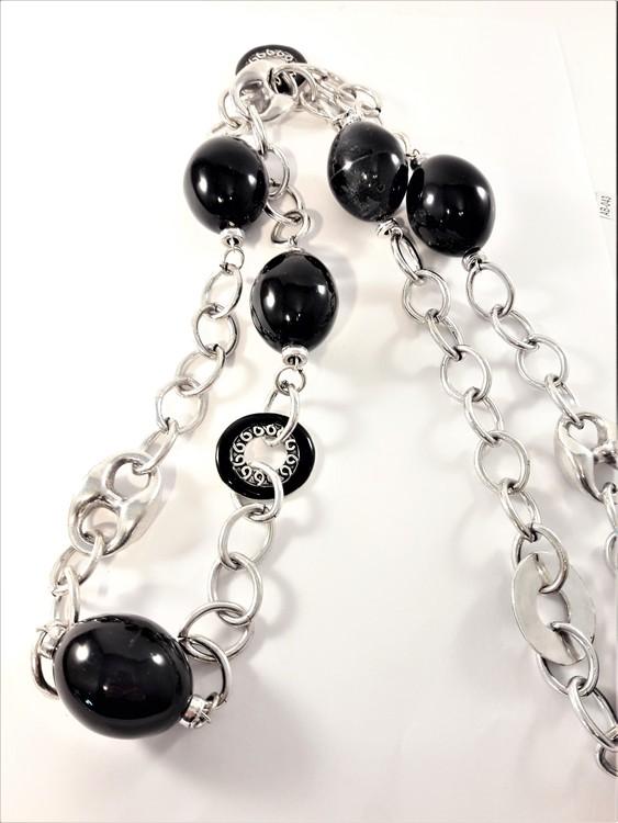 Långt, tungt silverfärgat halsband med länkar och stora svarta kulor