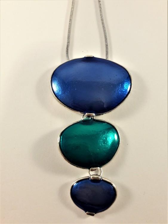 Halsband med blå och gröna plattor