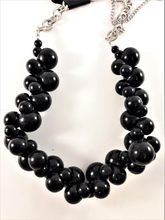 Halsband med stora svarta kulor