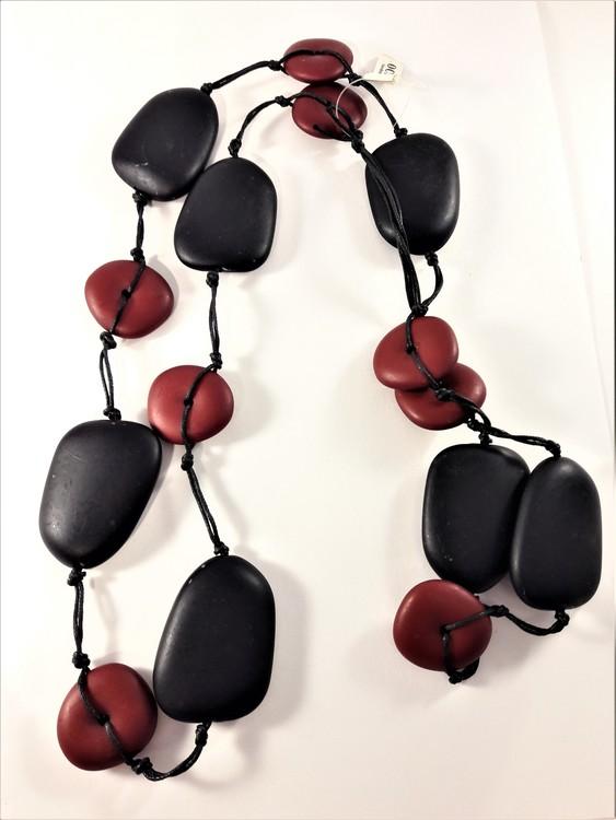 Långt halsband med stora ovaler och rundlar i svart och rött