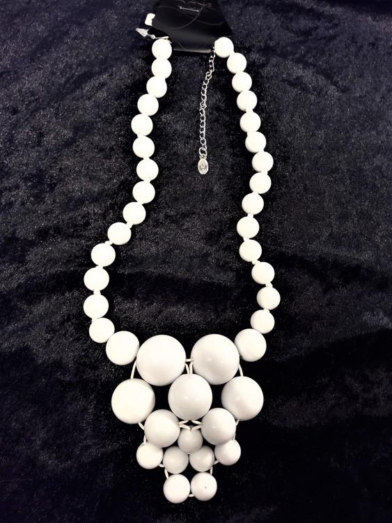 Halsband med stora kulor i vitt