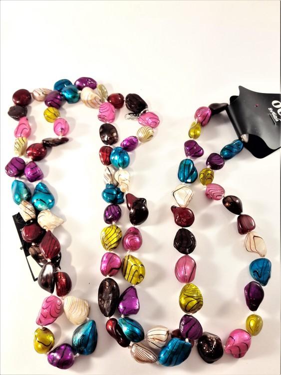Långt halsband med pärlor i olika färger