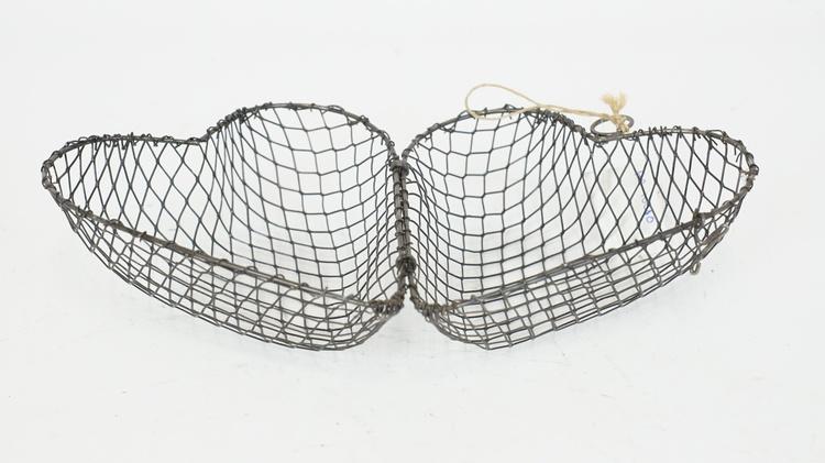 Trådkorg i form av ett hjärta, med hängögla
