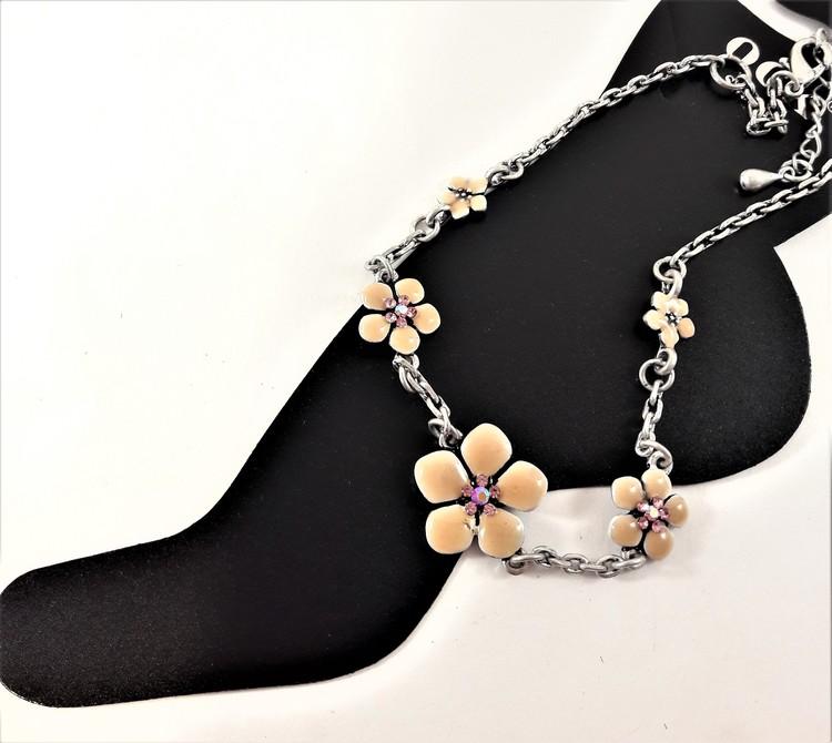 Fotlänk med gnistrande stenar och fina rosa blommor, silverfärgad kedja