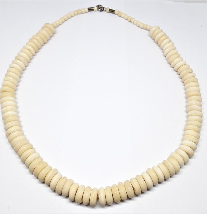 Halsband med rundlar av ben