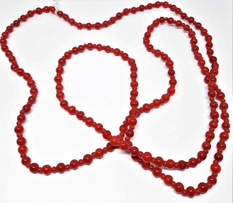 Långt halsband med små röda kulor