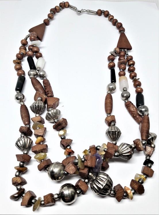 Flerradigt halsband i trä, sten, och metall