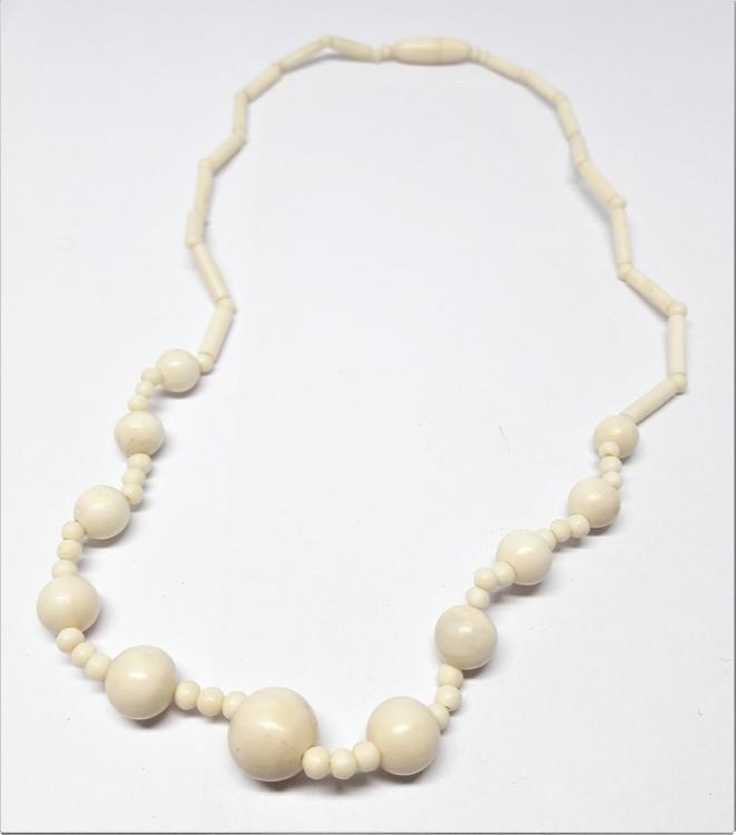 Halsband i ben med stavar