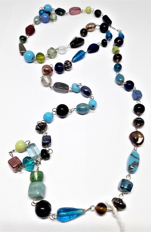 Långt halsband med mixade stenar