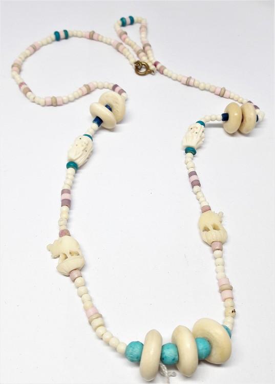 Halsband i ben med lila och turkos detaljer