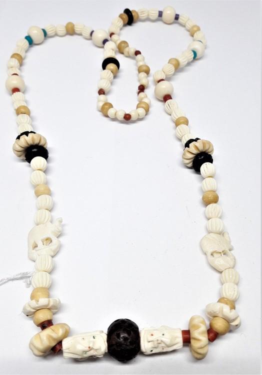 Halsband av ben, olika figurer