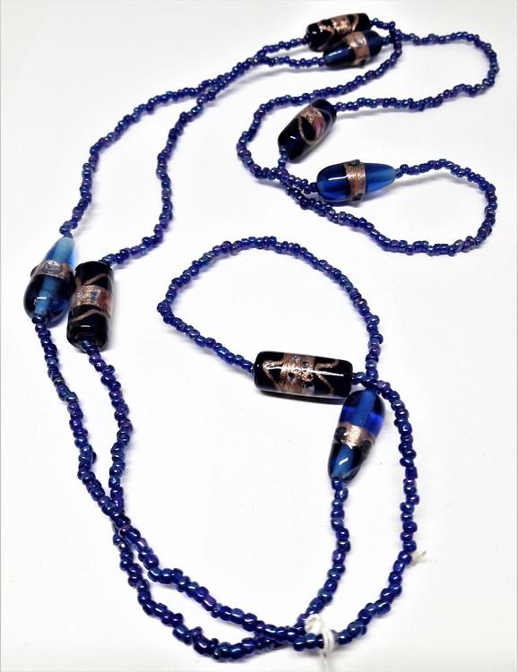 Långt halsband med blå kulor
