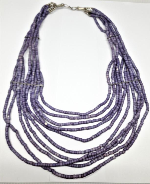 Flerradigt lila halsband i ben