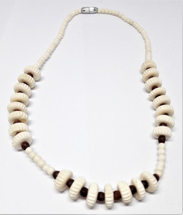Kort halsband i ben med bruna kulor