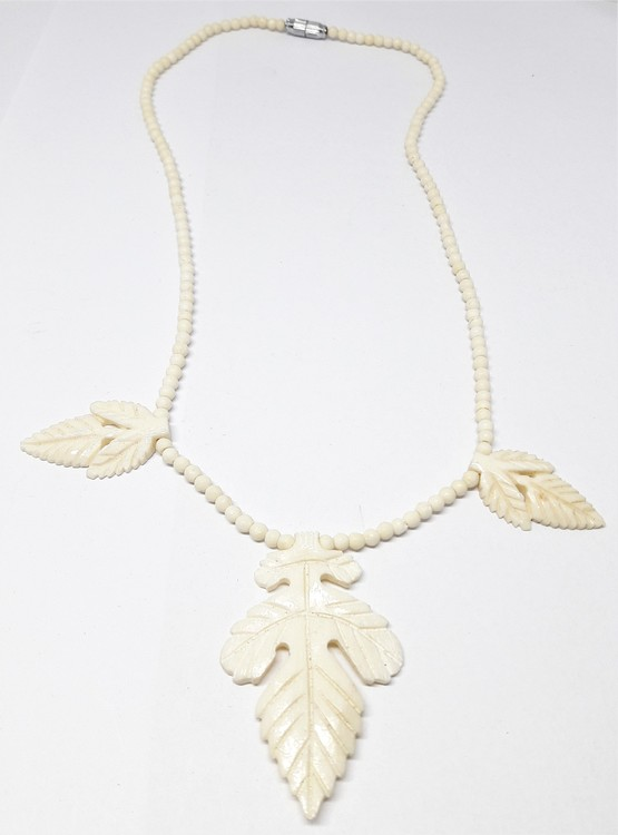 Halsband, med 3 löv, av ben
