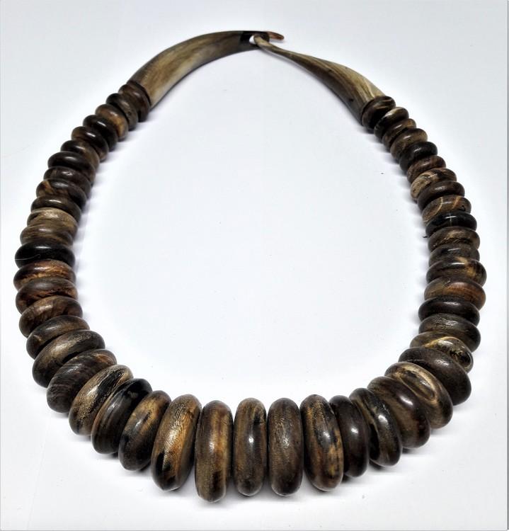 Annorlunda halsband med stora rundlar i brunt