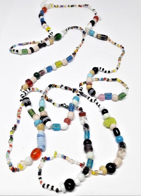 Långt halsband med mixade färger/kulor