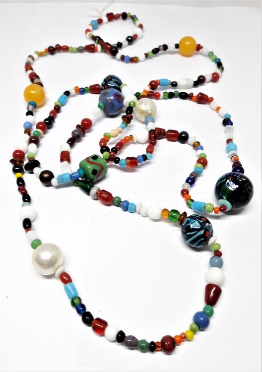 Långt halsband med mixade stora och små färger/kulor