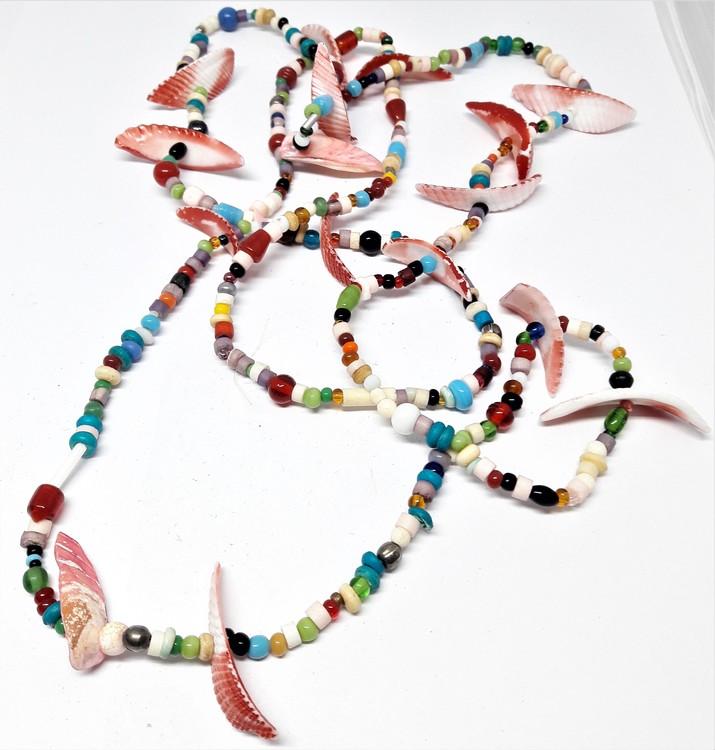 Långt halsband med mixade vita eller rosa skal, färger/kulor