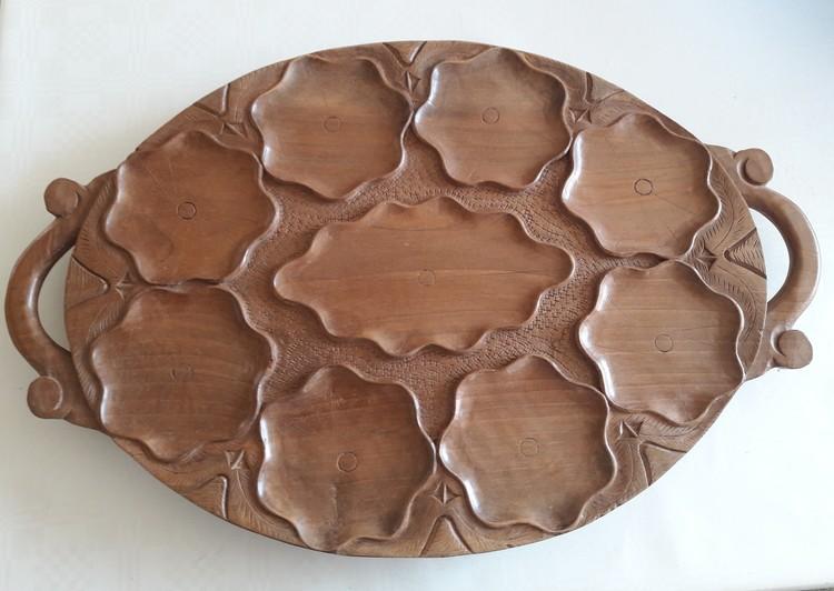 Vackert utsirad oval bricka i valnöt