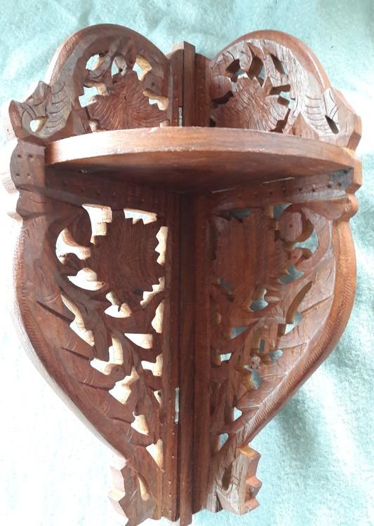 Vägghylla i snidat trä, hörnmodell