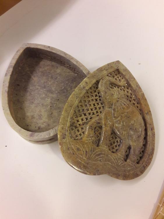 Vacker hjärtformad lockask med elefantmotiv, i sten